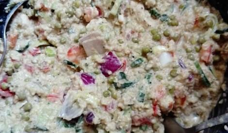 Kvinojas salāti ar vistas fileju un dārzeņiem