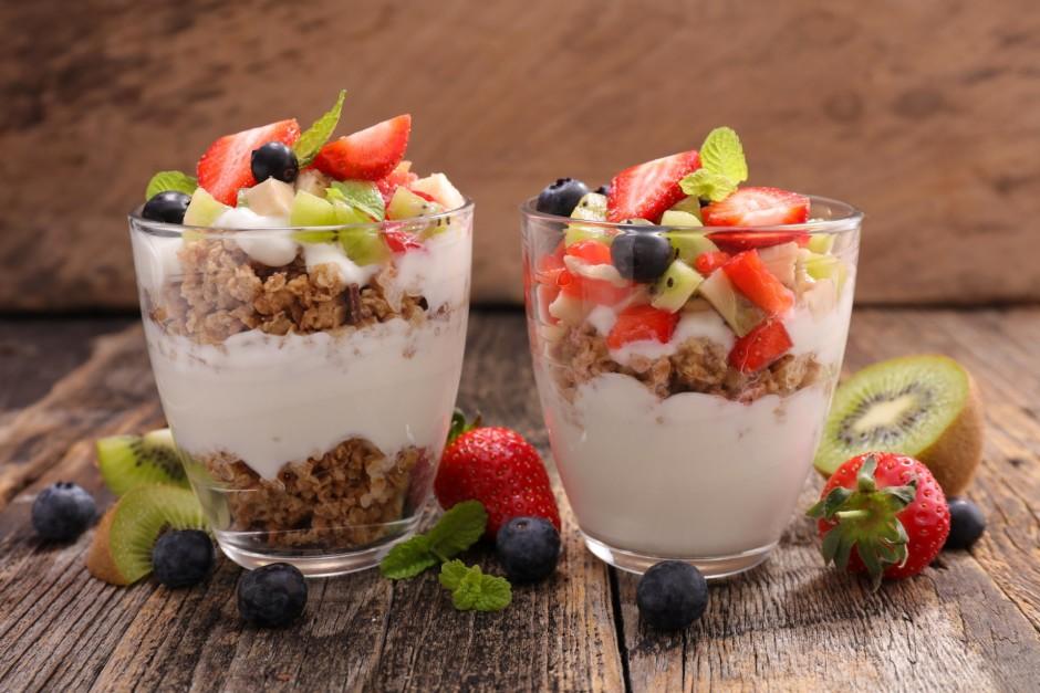 Liek bļodā vai deserta trauciņā kārtām - pārlas un jogurts,...