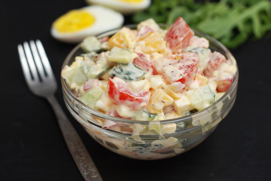 Pieber šķipsniņu sāls, piparus, pievieno majonēzi un/vai krē...