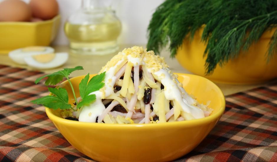 Neparastie siera salāti ar šķiņķi un plūmēm