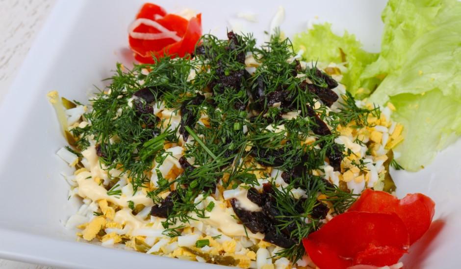 Vistas salāti ar melnajām plūmēm