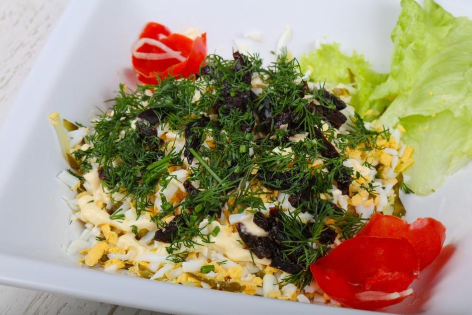 Sasmalcina dilles un izdekorē salātus.  Lai labi garšo!