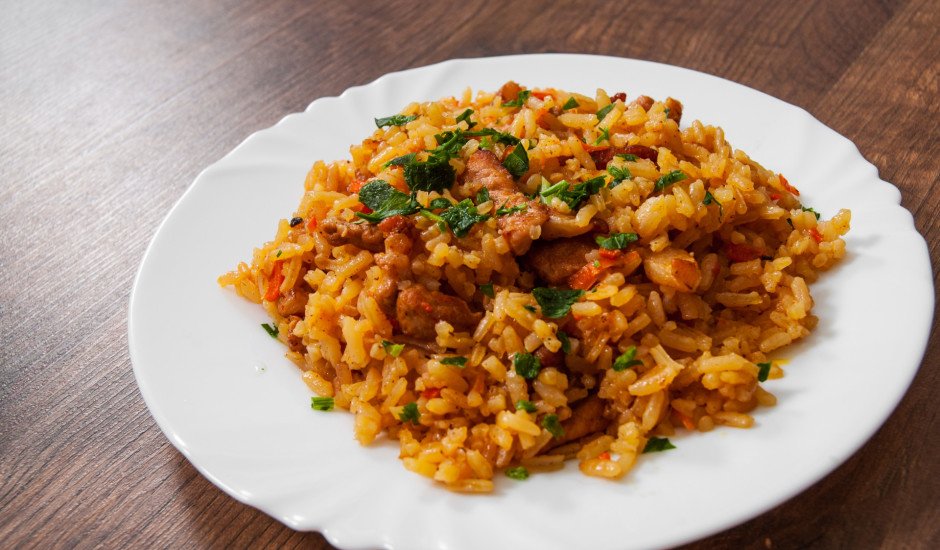 Rīsi ar cūkgaļu un piedevām