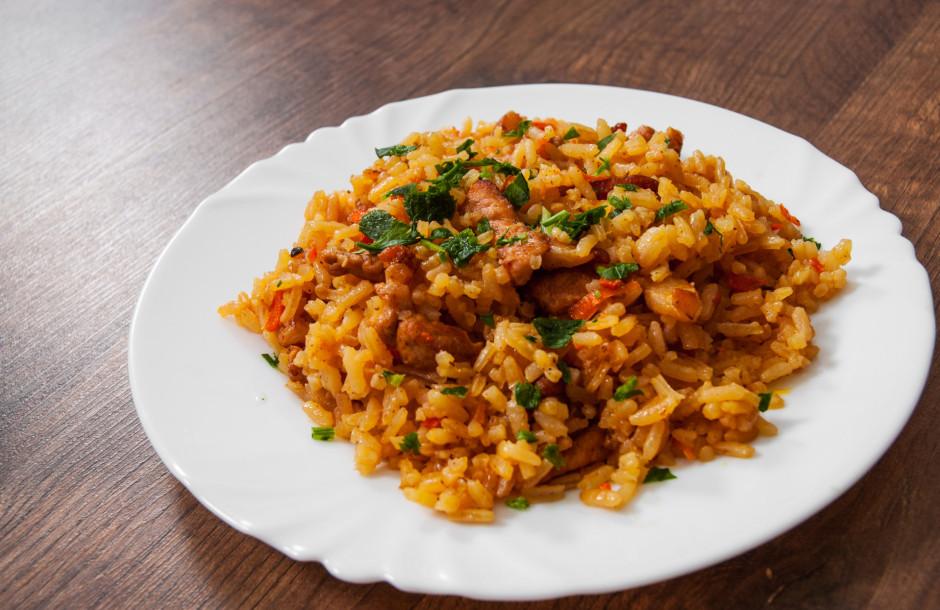 Rīsus sajauc ar pagatavoto gaļas maisījumu. Pasniezot var pi...