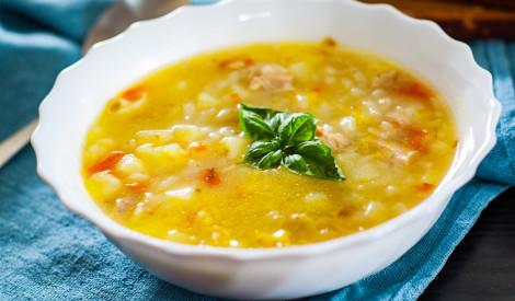 Saulainā vistas gaļas zupa ar rīsiem un dārzeņiem
