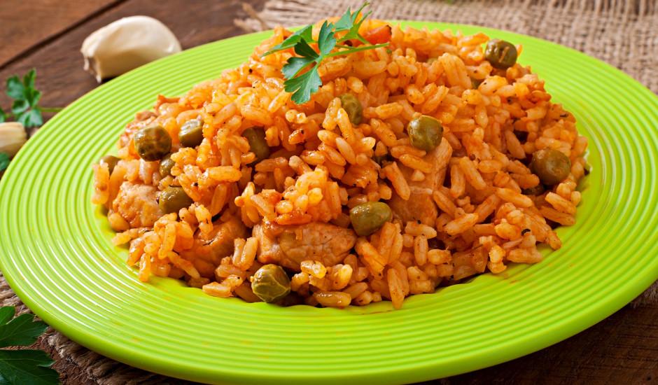 Rīsi ar vistu un zaļajiem zirnīšiem