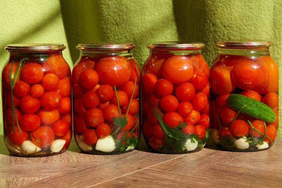 Verdošu marinādi uzlej uz tomātiem un burkas tūlīt aizvalcē....