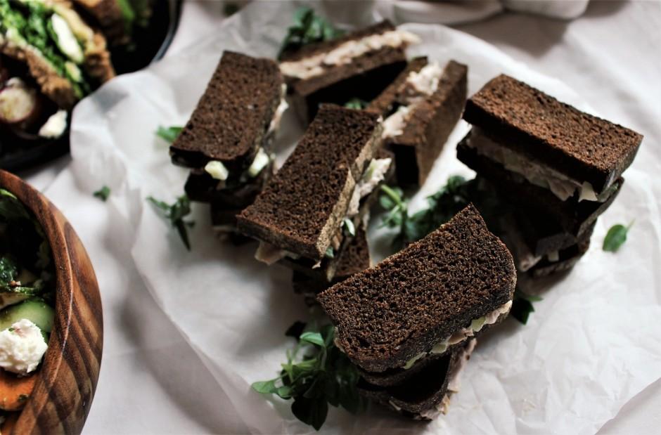 Pirms pasniegšanas sendvičus pārgriež uz pusēm, lai uzkodas...