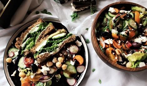 Svaigie salāti ar turku zirņiem un ātro pesto