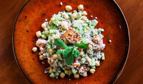 Grilēta laša salāti ar turku zirņiem un piparmētru