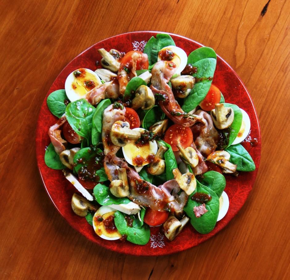 Mērcei sajauc visas sastāvdaļas un pārlej salātus pirms pasn...