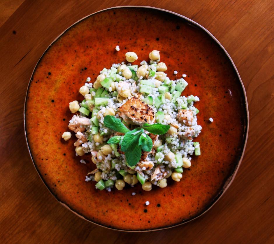 No olīveļļas, garšvielām un sakapātas piparmētras pagatavo m...