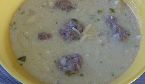 Makaronu zupa ar frikadelēm un ķiplokiem