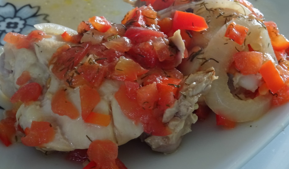 Marinēti vistas šķiņķīši ar tomātiem un papriku