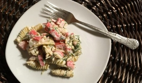 Makaronu salāti ar krabju nūjiņām un dārzeņiem