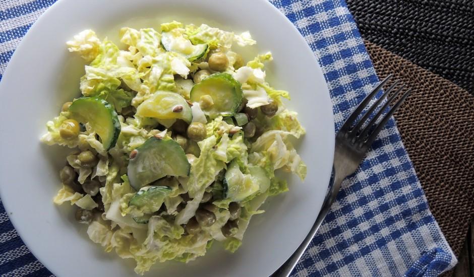 Ķīnas kāposta salāti ar gurķi un zaļajiem zirnīšiem
