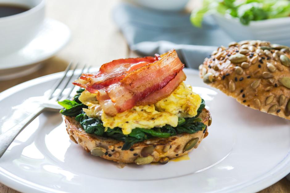 Uz maizītes kārto spinātus, tad omleti un virspusē bekonu....