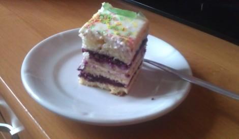 Iebiezinātā piena mīklas torte ar svaigā siera krēma un ievārījuma pildījumu