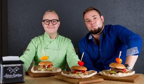 Jūtūberis Pipars aicina  ēst burgerus un ziedot Markusa ārstēšanai
