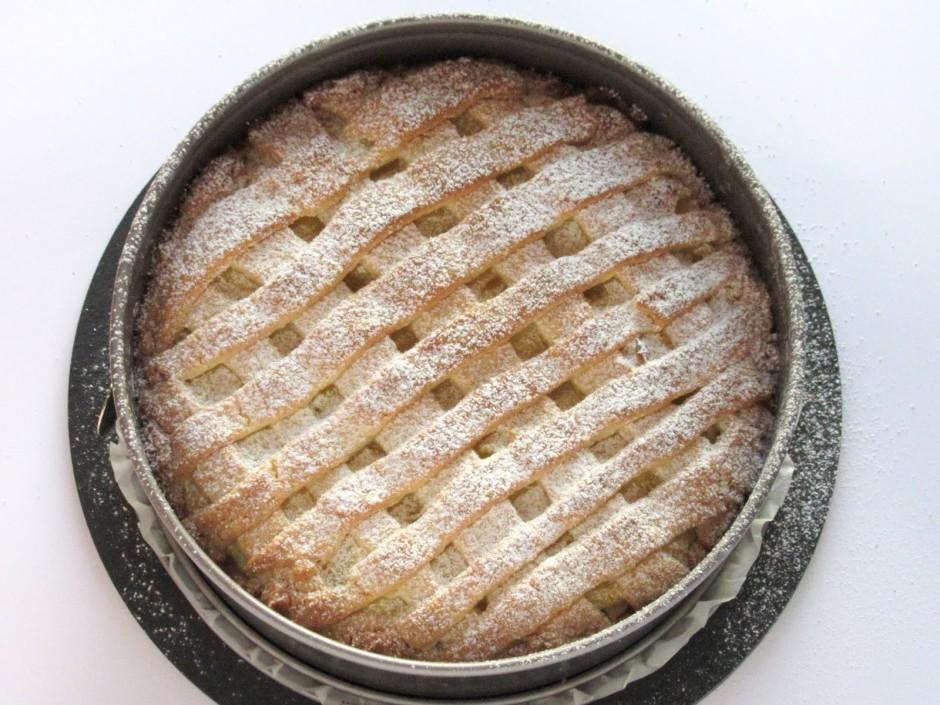 Kūku cep iepriekš uzkarsētā cepeškrāsnī 180 grādu temperatūr...
