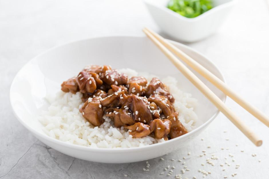 Novāra rīsus un pasniedz kopā ar gaļu.  Labu apetīti!
