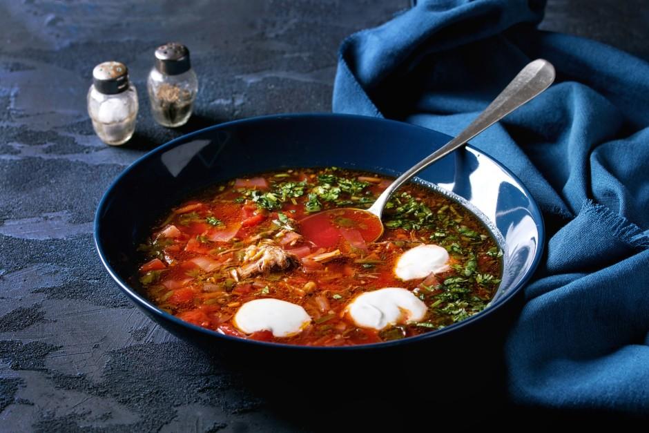 Kad zupa gandrīz gatava, pieliek klāt sasmalcinātus tomātus,...