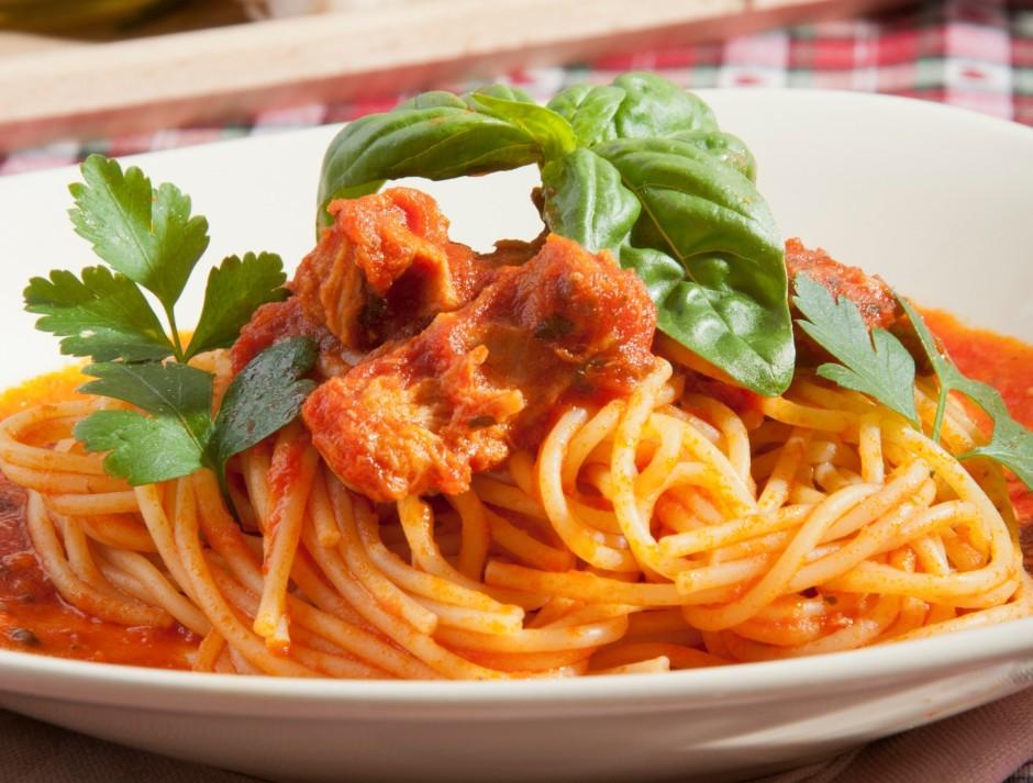 Tomātiem pievieno tunci, sāli, piparus, iemaisa spageti....