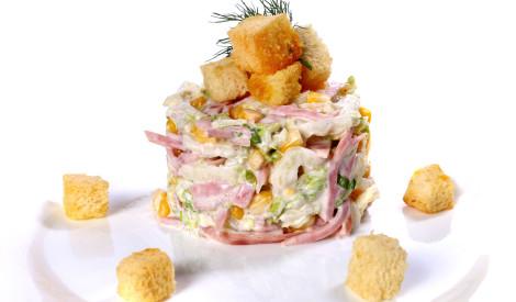 Ķīnas kāpostu salāti ar šķiņķi un kukurūzu