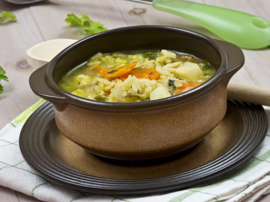 Kad dārzeņi un rīsi gatavi, zupā liek atpakaļ gaļu, bez kaul...