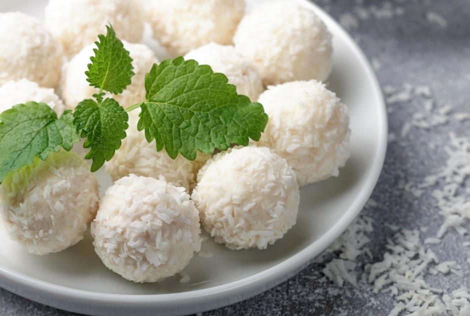 Bumbiņas apvārta kokosriekstu skaidiņās,noliek ledusskapī uz...