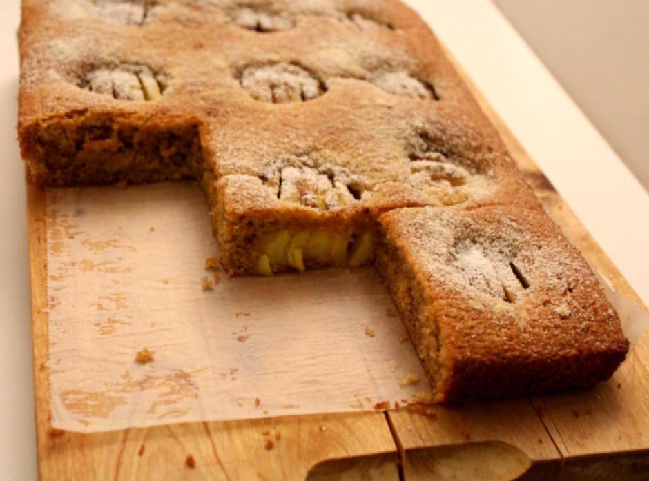 Gatavu pīrāgu atstāj uz kādām 10 minūtēm formā, tad izņem un...