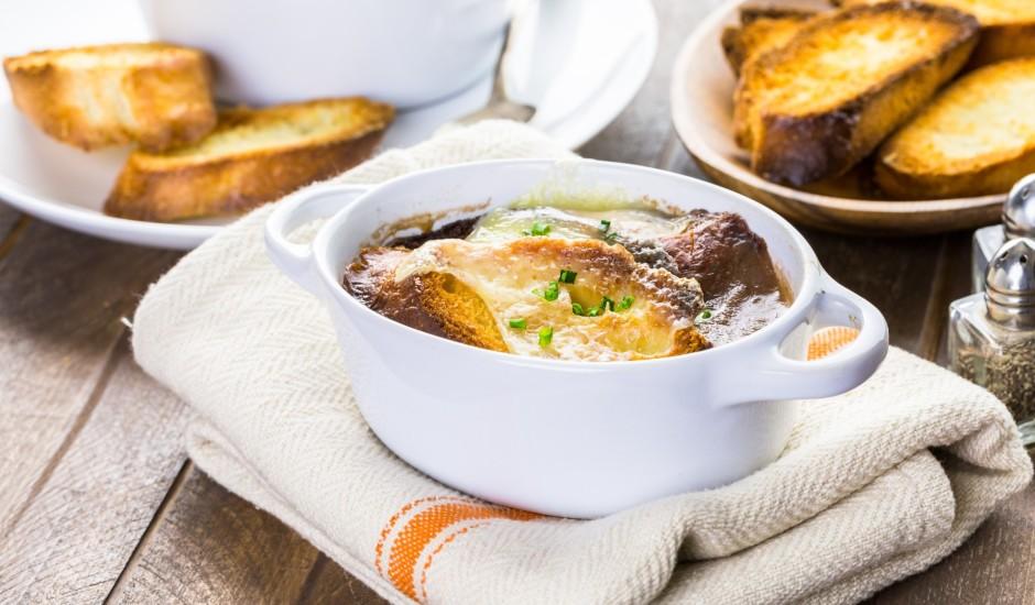 Soupe a l'oignon gratinee jeb franču sīpolu zupa