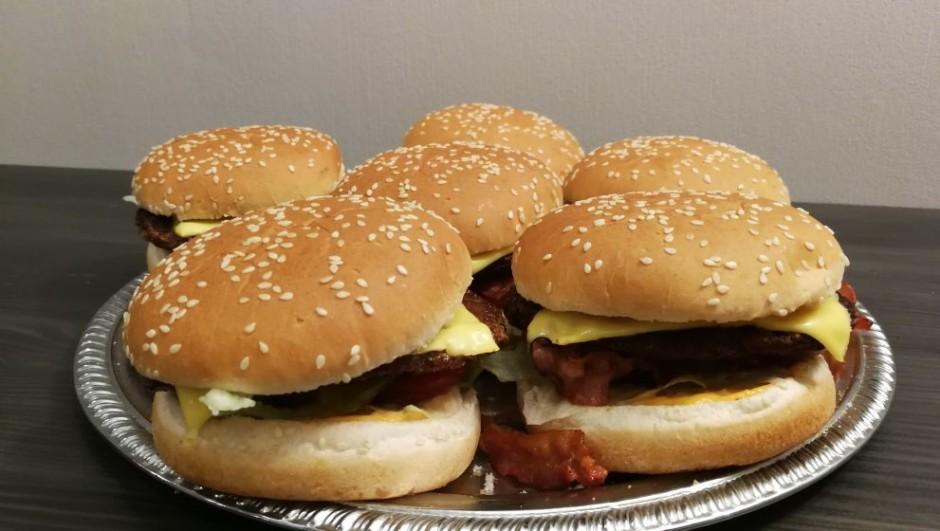 """Kad viss sagatavots, """"būvē"""" burgerus: uz maizītes apakšējās..."""