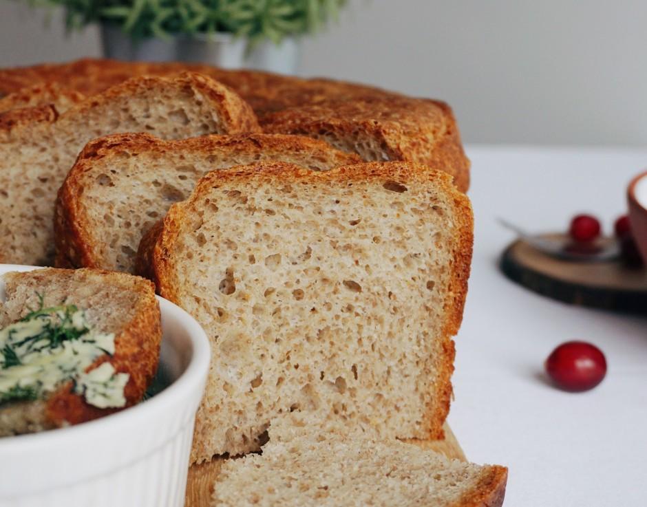 Gatavo maizi sagriež šķēlēs un pasniedz ar sviestu, kas saja...