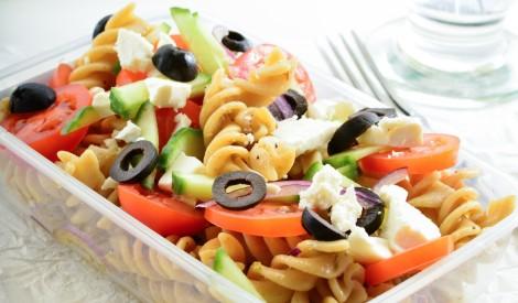 Makaronu salāti ar dārzeņiem un sieru