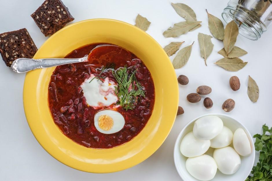 Zupas šķīvī lej zupu, liek uz pusēm pārgrieztu olu, ēdamkaro...
