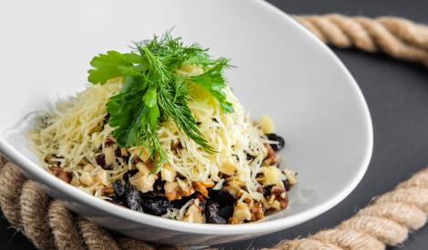 Kārtainie biešu salāti ar riekstiem, plūmēm un sieru