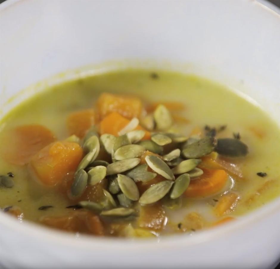 Zupai ļauj atdzist līdz ēšanas temperatūrai (~ 37°C), pievie...