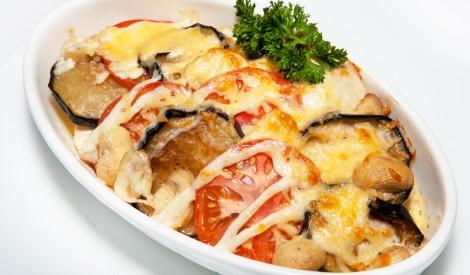 Baklažānu, tomātu un šampinjonu sacepums