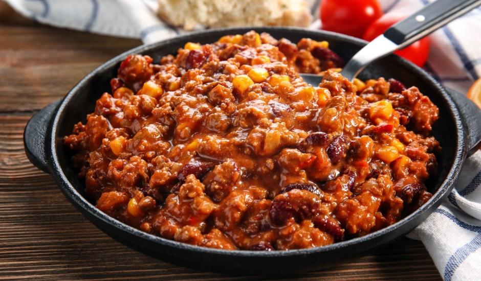 Sātīgais maltās gaļas sautējums ar pupiņām un kukurūzu