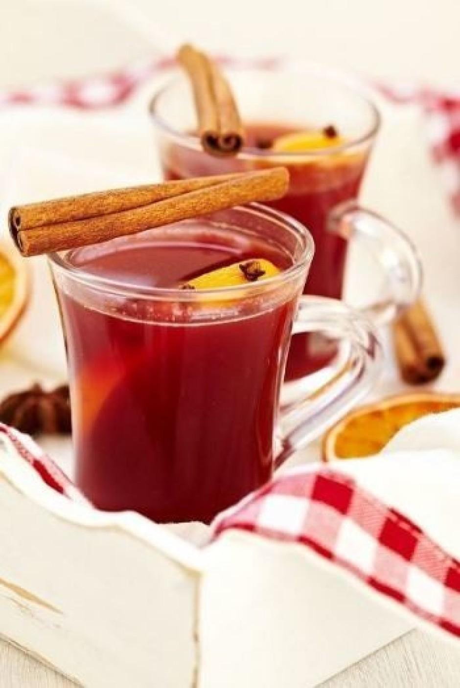 Lej karstumizturīgās stikla glāzēs un dekorē ar apelsīnu rip...