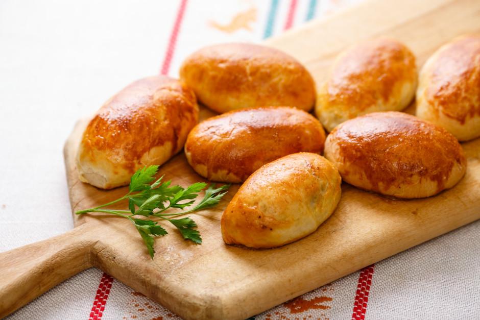 Sakuļ olu, pārsmēre pīrāgiem un liek cepties 15-20 minūtes 2...