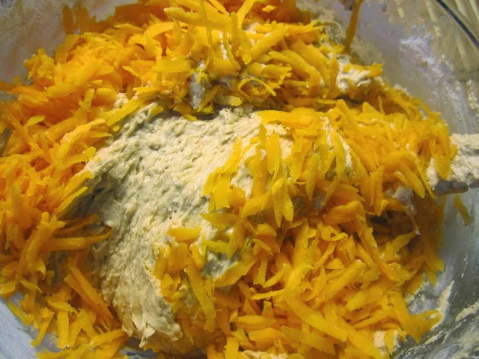 Tālāk pievieno olas, citronu, miltus, sāli, sodu, cepamo pul...