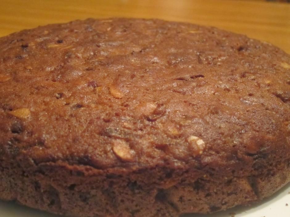 Mīklu liek kūkas veidnē un cep aptuveni 40 minūtes.
