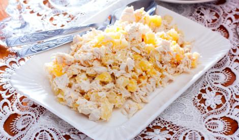 Vārītas vistas salāti ar ananasiem un sieru