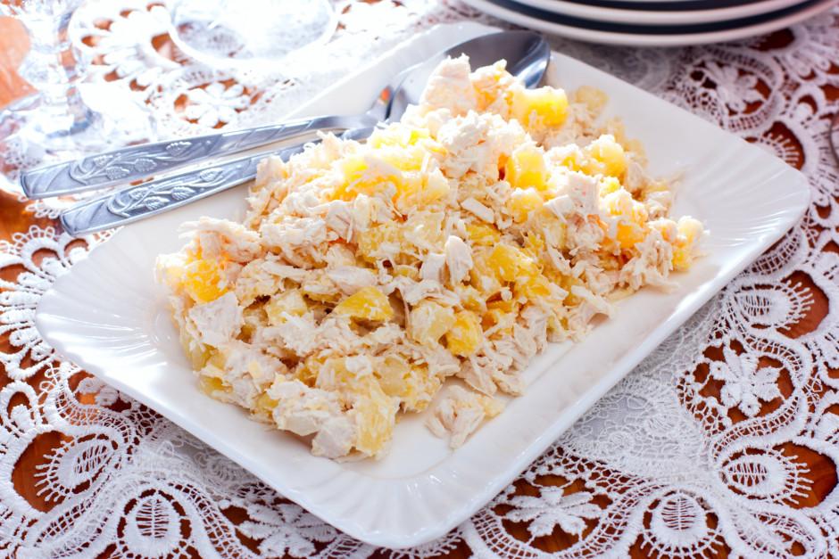 Visu pārlej ar majonēzi, pieber sāli, piparus un samaisa....