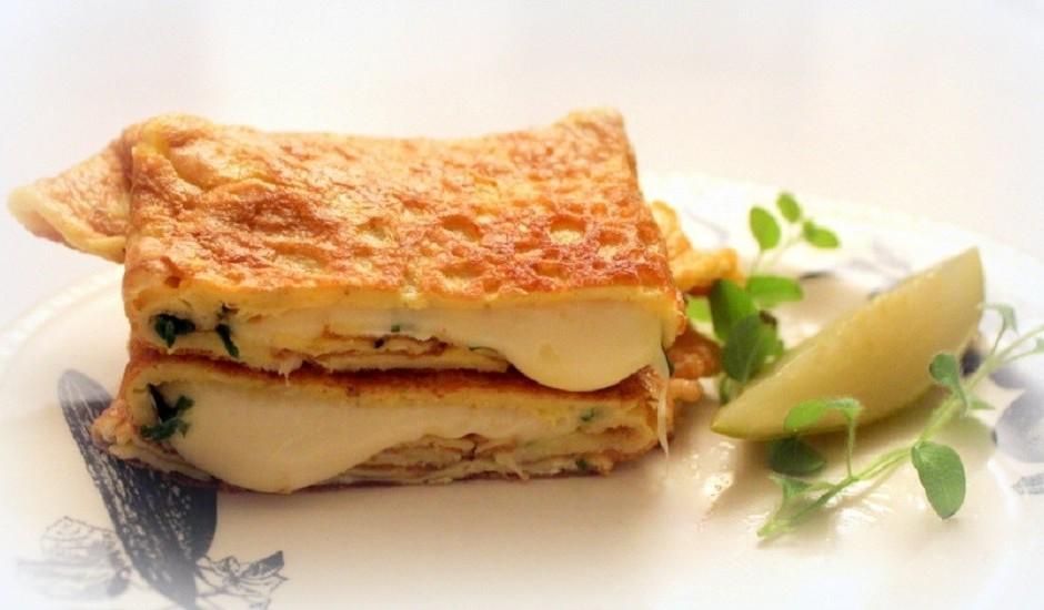 Ar sieru pildīta omlete