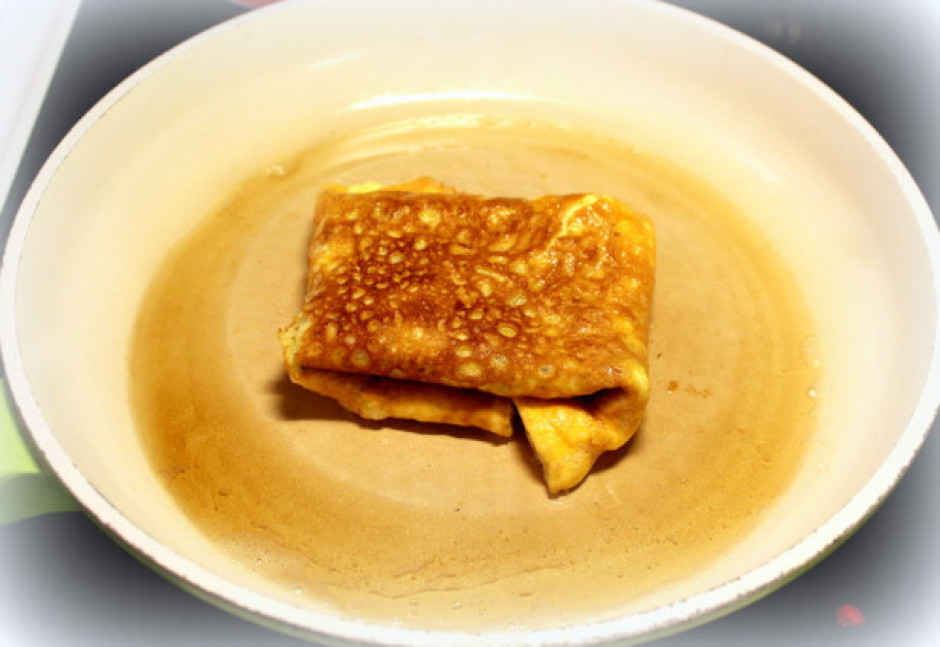 Pārlok pāri omletes malas - saloka omleti konvertā un apgrie...