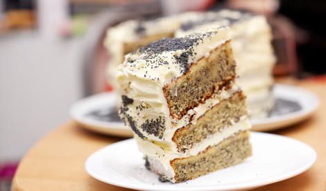 Magoņu torte ar iebiezinātā piena krēmu