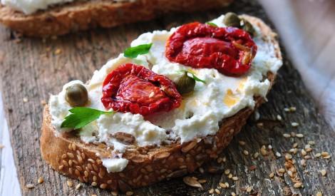 Rikotas siera un saulē vītinātu tomātu maizes